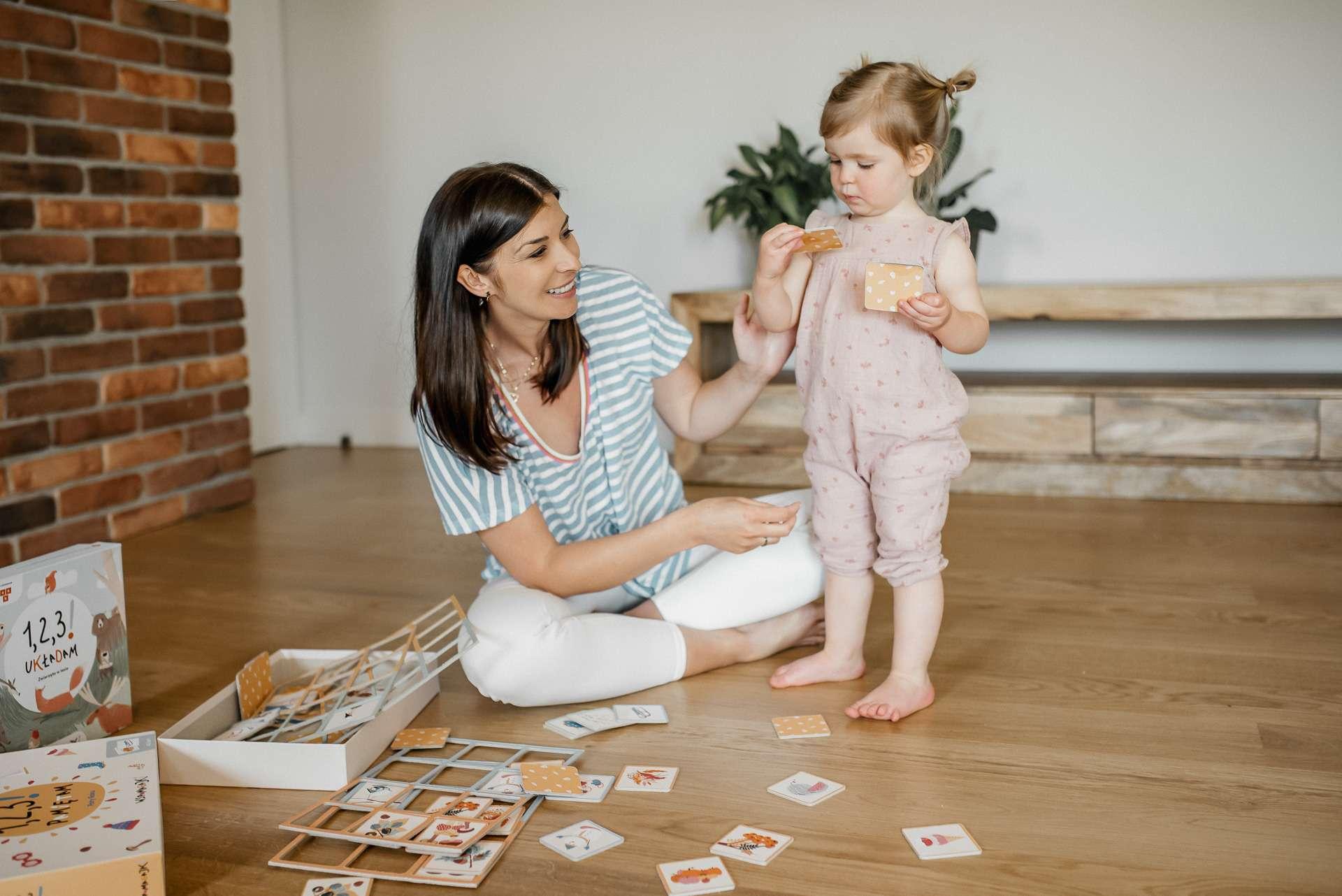 dziewczynka bawi się z mamą