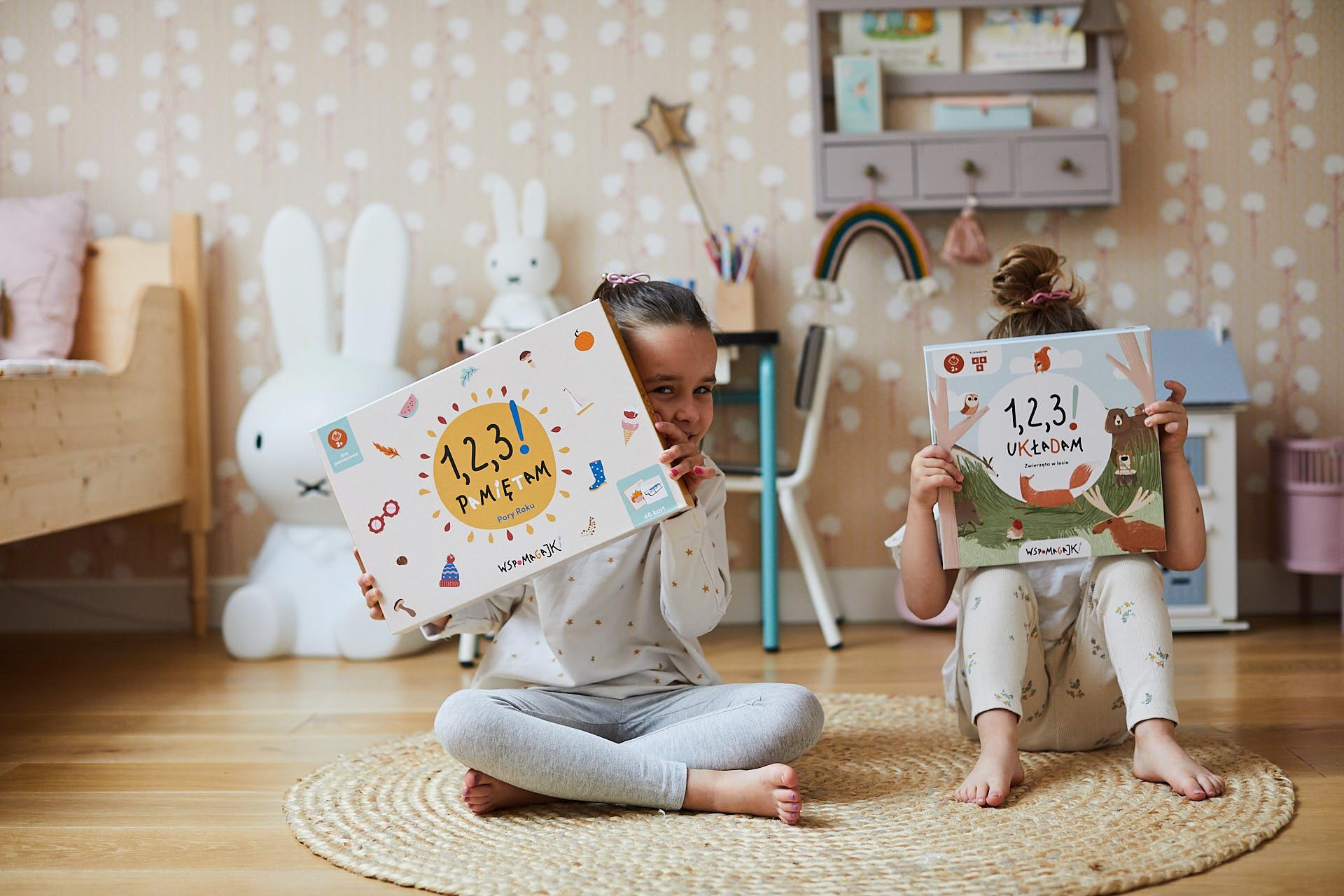 Dzieci pokazują gry