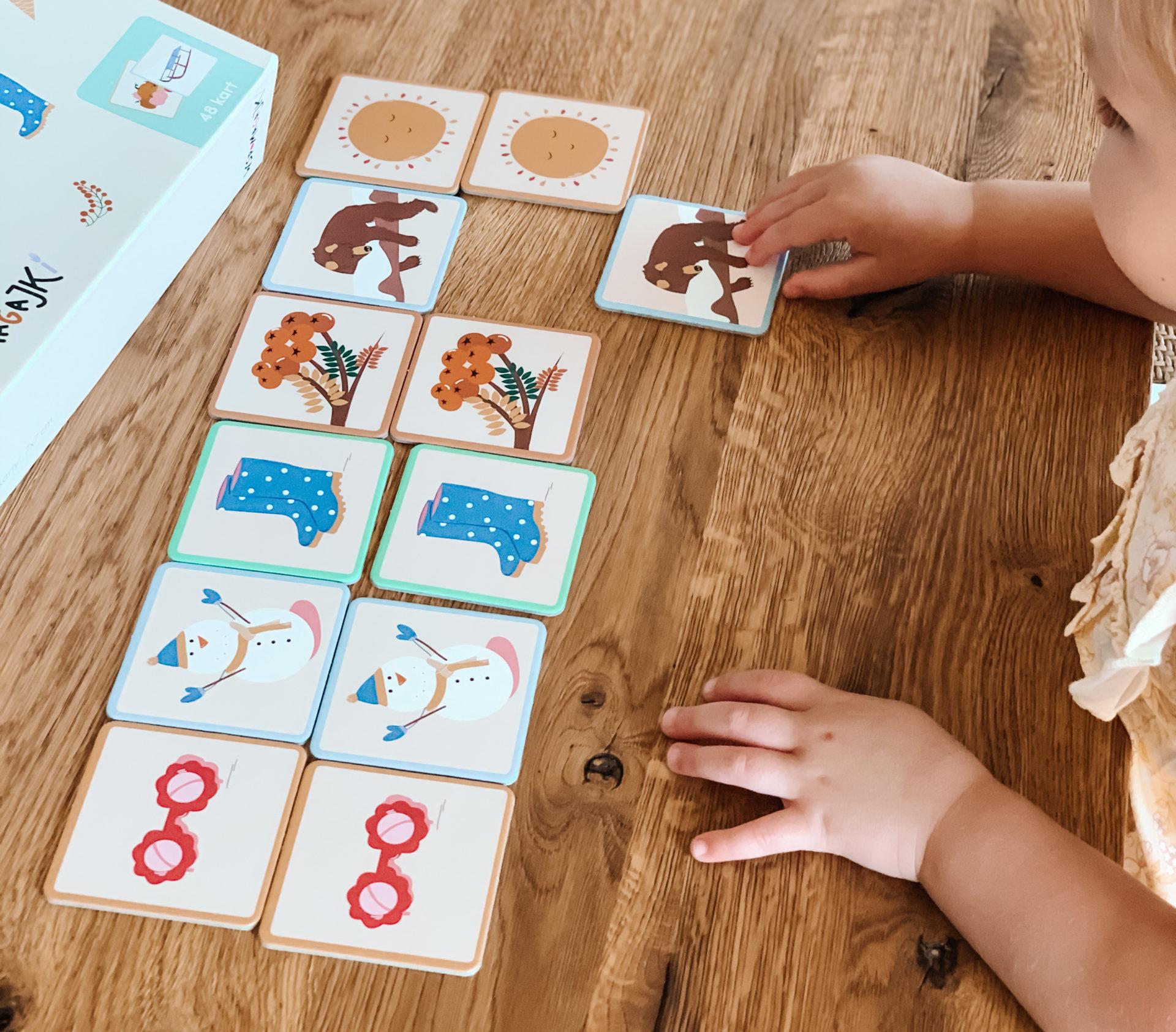 Dwuletnia dziewczynka uczy się słów