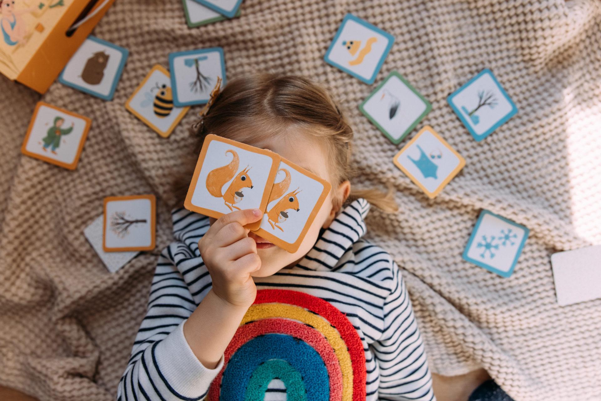Dziewczynka pokazuje karty gry menory