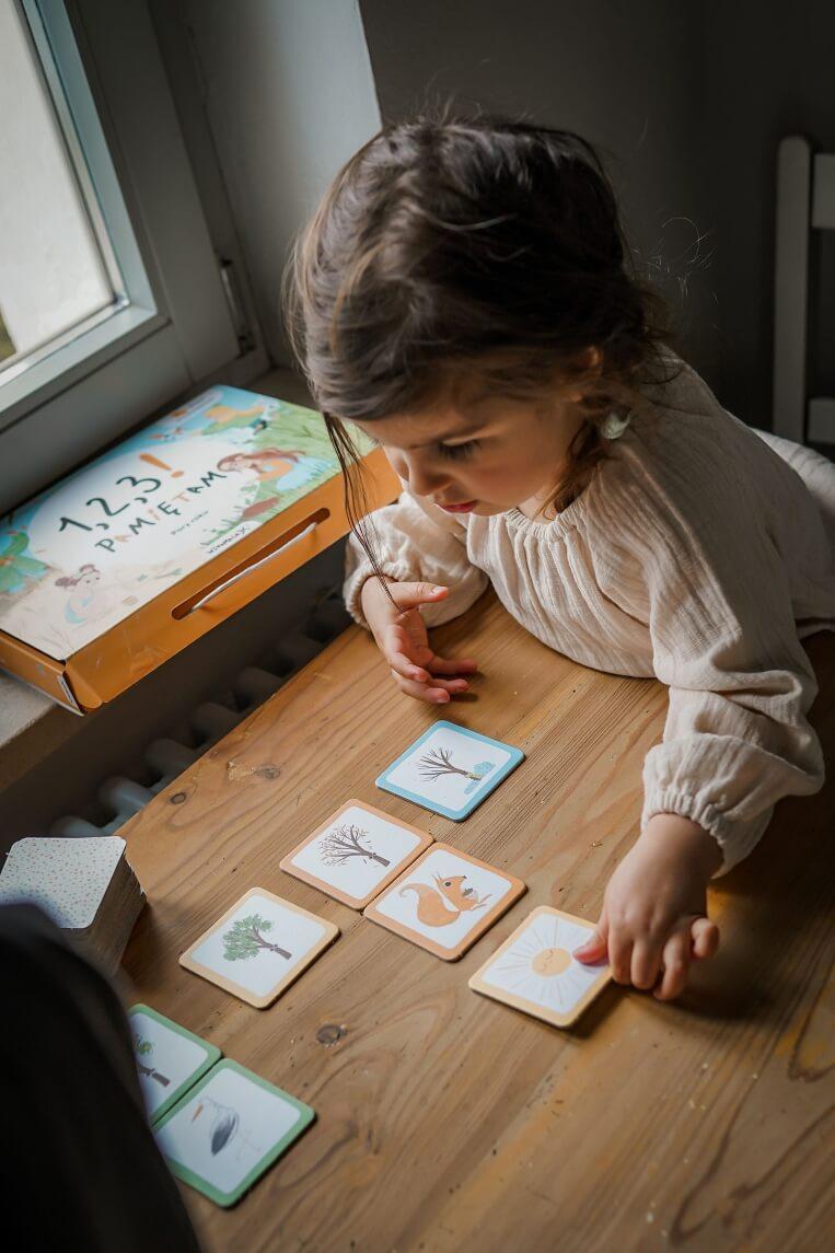 Dziewczynka bawi się kartami