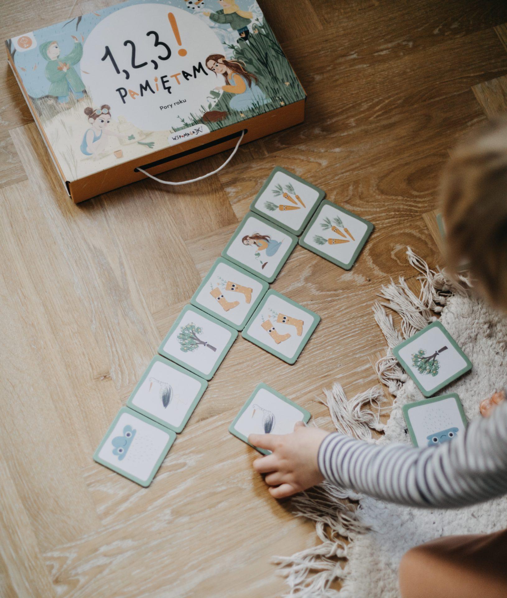 Dziecko układa sekwencję obrazków