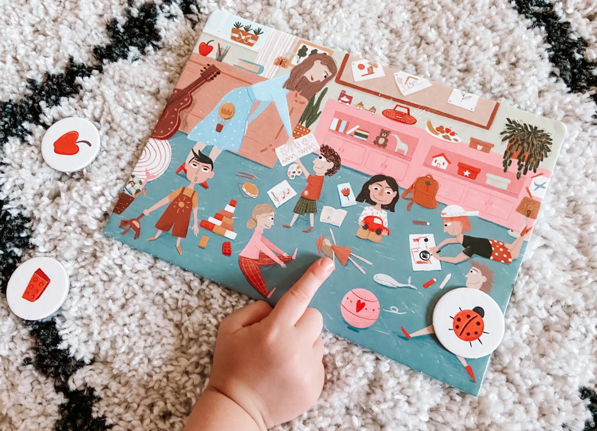 Dziecko szuka szczegółu na ilustracji