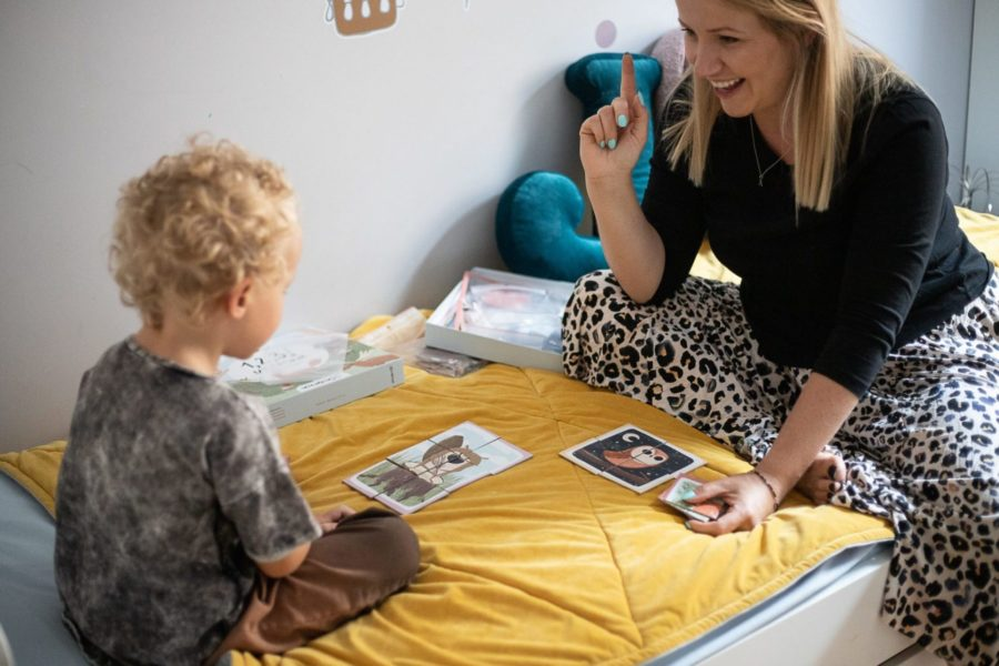 Mama z dzieckiem układają układanki