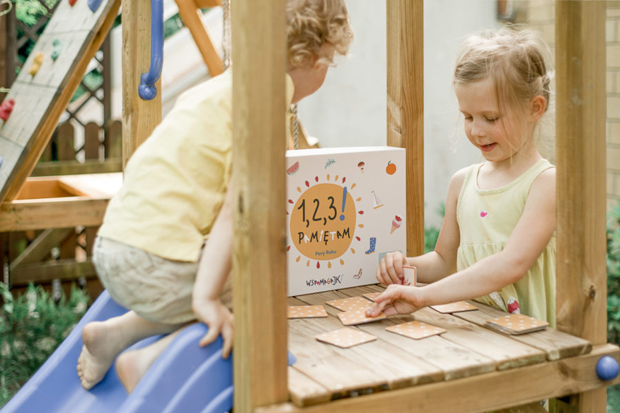 dzieci grają w memory Wspomagajki