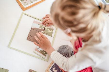 Dziewczynka układa układanki